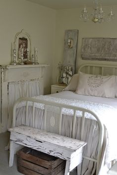 I absolutely love this white shabby chic room. The white fireplace with the curtain is a great idea! Rustikalen Shabby Chic, Muebles Shabby Chic, Shabby Chic Zimmer, Shabby Chic Bedrooms, Bedroom Vintage, Shabby Chic Furniture, Rustic Chic, Trendy Bedroom, Rustic Decor