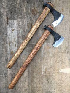 Standard Tomahawk bärtige Axt von CarterandSonForge auf Etsy Blacksmithing Knives, Hand Axe, Tomahawk Axe, Diy Knife, Zombie Weapons, La Forge, Viking Axe, Axe Head, Battle Axe