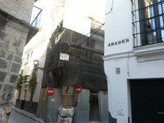 """Restauración y rehabilitación de todo un edificio en la calle Guzmán """"El Bueno"""", Sevilla. Complejo por lo estrechez de la calle, debía continuar abierta al tráfico, etc."""