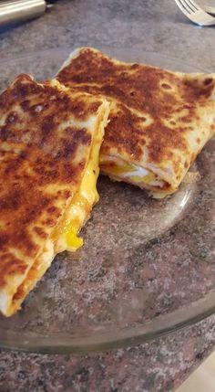 Crêpe au fromage, oeuf et harissa - Plats Ramadan, Tunisian Food, Sleepover Food, Cookout Food, Snap Food, Food Snapchat, Ramadan Recipes, Food Platters, Food Goals
