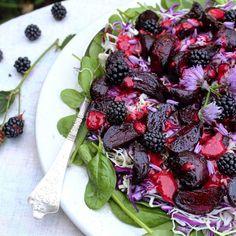 Salat med balsamicobagte rødbeder, spidskål og brombærvinaigrette - Mad med glød