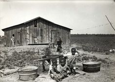 The children here - pictured in West Memphis, Arkansas in 1935 - were still living in a sharecropper's home, paying debts to the children of former slave owners, 70 years after the Emancipation Proclamation Old Photos, Vintage Photos, Haunted Pictures, West Memphis, Dust Bowl, Today Pictures, Great Depression, New York Public Library, Historical Pictures