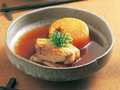 村田 吉弘さんの大根を使った「大根と豚バラのべっこう煮」のレシピページです。大根の吸収力を発揮して、豚肉と昆布のうまみをしっかり吸わせた一品です。 材料: 大根、豚バラ肉、しょうが、煮汁、細ねぎ、一味とうがらし
