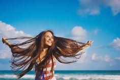 Причиной, по которой волосы становятся сухими и тусклыми, может быть несбалансированный рацион, а в таком случае даже дорогие многообещающие кондиционеры вряд ли будут эффективны. Как и всему телу, нашим локонам необходимо правильное питание, чтобы быть упругими, блестящими и сильными. Что же мы должны есть, чтобы сохранить красоту и здоровье волос?  Источник: http://organicwoman.ru/7-produktov-dlya-zdorovya-volos/ © organicwoman.ru