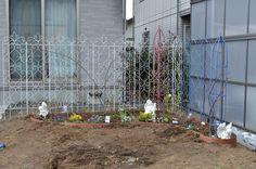 ガーデニング初心者さん必見! 初めての本格的な「バラの花壇」づくり[完全保存版] | GardenStory (ガーデンストーリー) Outdoor Structures, Garden, Products, Garten, Lawn And Garden, Gardens, Gardening, Outdoor, Gadget