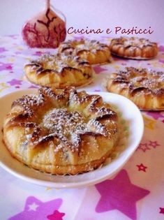 Ingredienti per 4 persone 500 grammi di patate 100 grammi di uva passa 2 cucchiaini di lievito per dolci 50 grammi di burro un bicchiere di latte 100 gramm