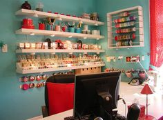 Space-saving craft room! This is AWESOME since I love crafting and also have my own sewing machine now. =^_^=