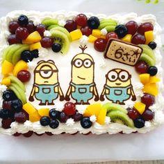 我が家の末っ子が6歳の誕生日を迎えました。今年のケーキはこの夏にはまったミニオンズ!キャラプレートを作って作りやすいスクエアケーキにしました。