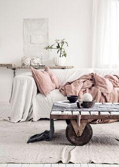 Salon aux teintes scandinaves, esprit récup de la table basse (photo Line Kay)