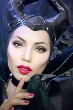 Halloween is just around the corner. This Halloween give yourself perfect scary look with these stunning and astonishing Halloween makeup ideas. Maleficent Makeup, Maleficent Cosplay, Maleficent Horns, Malificent, Doll Makeup, Costume Makeup, Face Makeup, Last Minute Halloween Costumes, Halloween Make Up