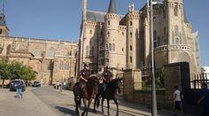 Unidad de Caballería del Cuerpo Nacional de Policía patrulla por el camino de…