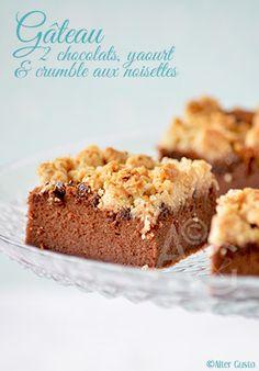 Gâteau aux 2 chocolats, yaourt grec & crumble aux noisettes par Alter Gusto - Le moelleux +++ du gâteau au chocolat, le croustillant du crumble, les parfums qui se dégagent… Il est terriblement gourmand ! Plutôt tout doux et très réconfortant. Gateau Cake, Cake Recipes, Dessert Recipes, Desserts With Biscuits, Plum Cake, Biscuit Cookies, Homemade Cakes, No Bake Cake, How To Make Cake