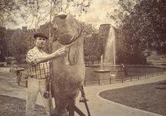 Histórica imagen de Joxemi Uretaparkea posando con el último barbo pescao en el Parque de Los Patos (Doña Casilda – 1945 o así).. Se calcula que tenía unos 126 años de edad por lo que el pez había sobrevivido a la falta de migas de pan y barquillo de las tres guerras carlistas, no así a las artes de un paciente depredador nato como fue el bilbaino Joxemari y eso.