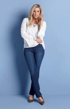 PONADCZASOWY DENIM // HAPPY HOLLY  Klasyka - wąskie dżinsy ze stretchem. Na dole nogawki stylowe rozcięcie, 189 zł + biała bluzka z modnym sznurowaniem, 129 zł.
