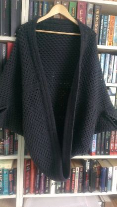 Shrugs for dresses – Lady Dress Designs Crochet Wool, Crochet Granny, Crochet Scarves, Crochet Shawl, Crochet Clothes, Crotchet, Knitting Patterns, Crochet Patterns, Cocoon