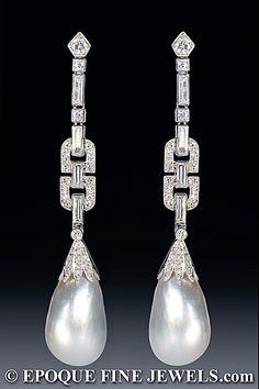 """Una magnífica pareja de Art Deco perla natural y unos pendientes de diamantes, engastado con corte baguette, corte cuadrado, rosa cortada, solo corte y corte de diamantes antiguos de Europa, montado en platino. El montaje final muestra los típicos """"granos mille. Publica accesorios. Circa 1925"""