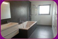 Badkamer 2 bij 4 met grote inloop douche strakke wand en vloer tegels ligbad en groot meubel Corner Bathtub, Groot, Bathroom, Google, Shower, Washroom, Full Bath, Bath, Bathrooms