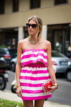 Street Style - Helena Bordon em Milão com top cropped + saia listrada pink