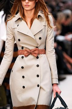 Looks just like my London Trenchcoat with the bow as an added twist News Fashion, Fashion Week, Look Fashion, Womens Fashion, Fashion Ideas, Fashion Fashion, Fashion Shoes, Pastel Outfit, Mode Style