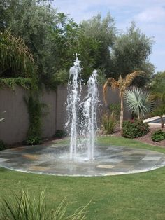 Large backyard landscaping ideas are quite many. However, for you to achieve the best landscaping for a large backyard you need to have a good design. Backyard Splash Pad, Backyard Water Feature, Backyard Trampoline, Backyard Playground, Backyard Projects, Outdoor Projects, Diy Projects, Dog Water Fountain, Water Fountains