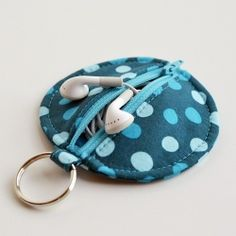 Circle Zip Earbud Pouch Tutorial. Especially handy for those of us who are perpetually losing our headphones in our enormous handbags.