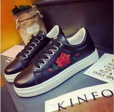 2017 New low-top shoes with flat round head with black shoes embroidered flowers rose women's shoes size 35-39
