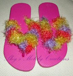 another bus craft idea, especially if flip flops are allowed at the spa Flip Flop Craft, Kids Flip Flops, Beach Flip Flops, Love Rainbow, Rainbow Colors, Bus Crafts, Rainbow Flip Flops, Decorating Flip Flops, Wedding Flip Flops