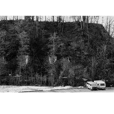 Landschaft Rüti Zürcher Oberland 2003 . #landscape_series_99 . #landscape #hill #forest #snow #carpark #caravan #car #landschaft #hügel #wald #schnee #parkplatz #transporter #wohnwagen #rüti #zürcheroberland #kantonzürich #switzerland #schweiz #blackandwhite #analogphotography #bnwnegative #blackandwhitefilmed