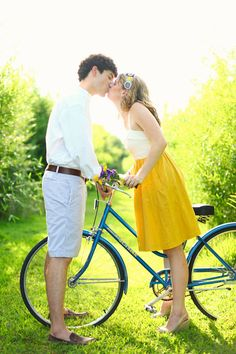 {Engagement Inspiration} : Vintage Bikes - Part 2 - Belle The Magazine Couple Photography, Engagement Photography, Engagement Session, Picnic Engagement, Engagements, Photography Ideas, Wedding Photography, Vintage Bike Parts, Vintage Bikes