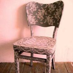 Bela cadeira custumizada com rendas, um charme!