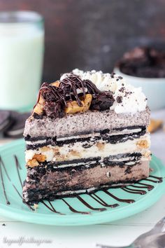 This Slutty Brookie No-Bake Icebox Cake is 3 glorious layers of homemade mousse. Each layer offers something unique. First the Chunky brownie batter mousse, then chocolate chip cookie mousse and finally the Oreo mousse. This mostly no-bake recipe is must Frozen Desserts, No Bake Desserts, Just Desserts, Delicious Desserts, Dessert Recipes, Yummy Food, Oreo Cheesecake Recipes, Unique Desserts, Baking Desserts