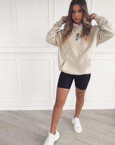 hoodie and biker shorts outfit Oversized Hoodie Outfit, White Hoodie, Sweats Outfit, Short Outfits, New Outfits, Summer Outfits, College Outfits, Everyday Outfits, Casual Outfits