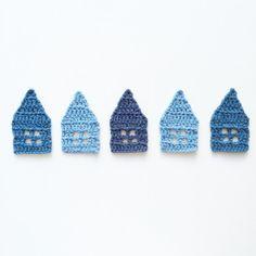 Little Crochet Houses Pattern & Tutorial Crochet Bunting, Crochet Garland, Crochet Bows, Crochet Snowflakes, Love Crochet, Crochet Gifts, Crochet Motif, Crochet Yarn, Crochet Patterns