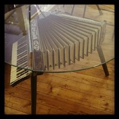 """Eine interessante Nutzung eines alten Akkordeons für einen ausgefallenen Tisch. Entdeckt von Elke Ahrenholz für das Festival """"The World of Accordion"""": http://www.the-world-of-accordion.net/ Stichworte: #Accordion #World #Vintage #Table"""