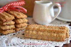 I biscotti rustici integrali sono ideali per chi ama i sapori rustici di una volta con ingredienti semplici come la farina integrale e lo zucchero di canna