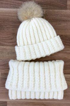 Intermédiaire // Patron – Tuque et snood en côtes fantaisies – Örgü Modelleri ve Örgü Örnekleri Loom Knitting, Knitting Socks, Knitting Patterns Free, Knit Patterns, Free Knitting, Baby Knitting, Crochet Beanie, Crochet Baby, Knitted Hats
