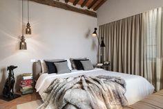 Un thème gris-beige rehaussé par le bois authentique et le couvre-lit en peluche douce