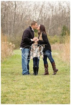Family of three - color palette Cute Family Photos, Outdoor Family Photos, Fall Family Pictures, Family Picture Poses, Family Of Three, Family Photo Sessions, Picture Ideas, Photo Ideas, Family Portrait Poses