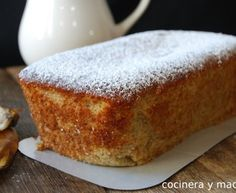 - A rich spongy banana sponge cake, a simple homemade recipe perfect to take advantage of ripe bananas and which is the most tasty Banana Sponge Cake, Chocolates, Yummy Treats, Yummy Food, Carrot Cake Cheesecake, Sweet Bar, Biscuits And Gravy, Sin Gluten, Kitchen Recipes