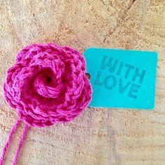Kleine roosjes zijn altijd en overal leuk! Op een cadeautje, op je spijkerjas, op een notitieboek, in het haar van je dochter, op een gehaakte accessoire en ga zo maar door...
