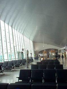 Sala de espera de un aeropuerto con plafon metálico elaborado por el equipo de Procovers http://www.procovers.com.mx/