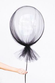 Party Inspiration for Kids Clear balloons and a swath of tulle make for sophisticated (and dead simple) Halloween decorations.Clear balloons and a swath of tulle make for sophisticated (and dead simple) Halloween decorations. Halloween Tags, Halloween Party Decor, Fall Halloween, Halloween Balloons, Halloween Birthday, Modern Halloween, Halloween Wedding Decorations, Halloween Weddings, Classy Halloween Wedding