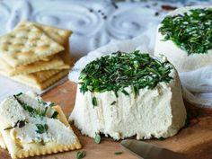 El queso es un plato en sí mismo y es el rey de la picada. Suave, picante o ahumado. Fresco o madurado. Artesanal, importado o nacional, es tan versátil y saludable que acompaña cualquier comida o momento del día. No es suplemento, es un alimento, y lo mejor es combinarlo con buenos vinos, fiambres y