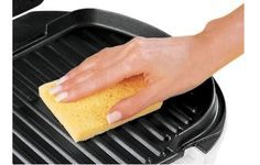 Se o teflon da sua sanduicheira já não existe mais, você com certeza precisa batalhar pra deixá-la limpinha depois de fazer um sanduiche com bastante queijo, ou qualquer outro alimento prensado. Para fazer a limpeza, use uma espátula de silicone ou colher de madeira, assim você protege o que sobrou da superfície antiaderente. Para as sujeiras mais difíceis de remover, use óleo de cozinha. Embeba um papel toalha com o óleo e hidrate a sujeira grudada, até ela ficar molinha e sair facilmente.