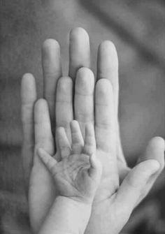 La mano más pequeña es el universo para las otras dos...
