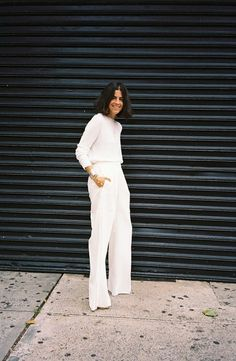 Leandra Medine - I would throw a statement necklace with this - all white everything Leandra Medine, Street Style Outfits, All White Outfit, Man Repeller, Fashion Mode, Street Fashion, White Style, White Chic, Classic Style