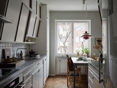 Att inreda ett funkishem | Elsa Billgren Scandinavian Apartment, Scandinavian Home, Kitchen Dining, Kitchen Cabinets, Interior Styling, Interior Design, Gravity Home, Cozy Cottage, Modern Retro