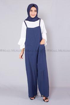 Tampil gaya dengan jumpsuit rami, Jumpsuit trendi dengan aksen kantung saku besar pada bagian depan, Cocok untuk penampilan casual sehari-hari, Padankan dengan hijab simpel serta heels favoritmu!