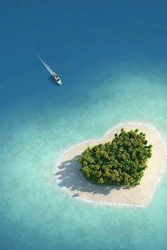 フィジーのタバルア・アイランド。ネットでも話題になったハート型の島です。ハート形ということもあり、女性に人気がある隠れ観光スポット。ツアーもあるが、上空からカッップル2人で眺めてみたいものだ。