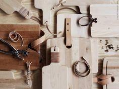 DIY: PROPPMÄTT skärbräda kan få lite extra omtanke och karaktär med hjälp av möbelspik, nitar och läder.